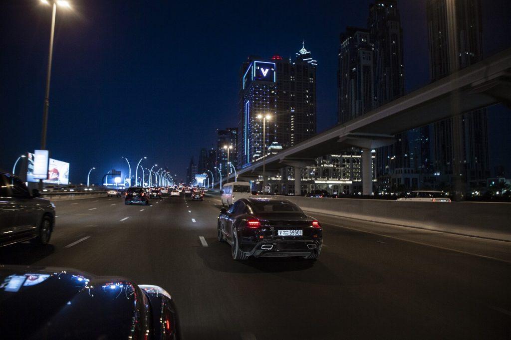 Imagen de un Porsche Taycan circulando por la ciudad