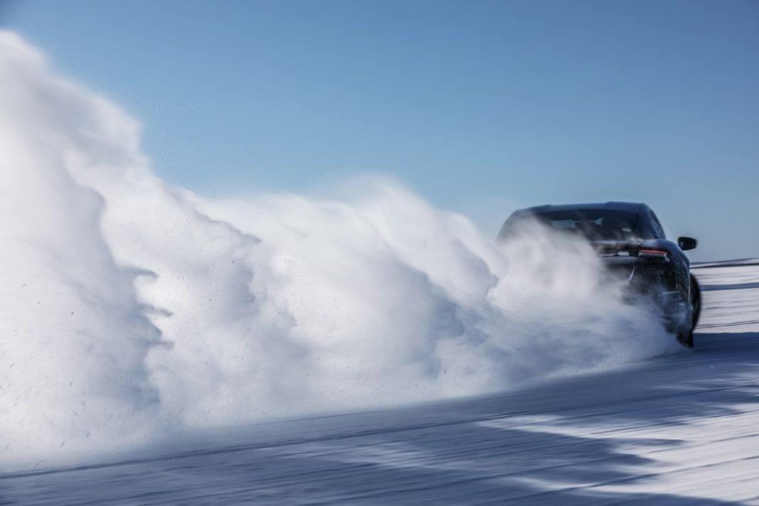 Imagen de un Porsche Taycan en la nieve