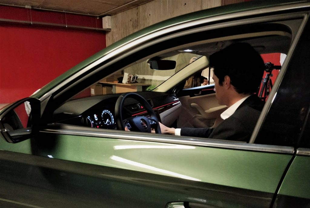 Enrique Serrano sentado al volante del Skoda Superb