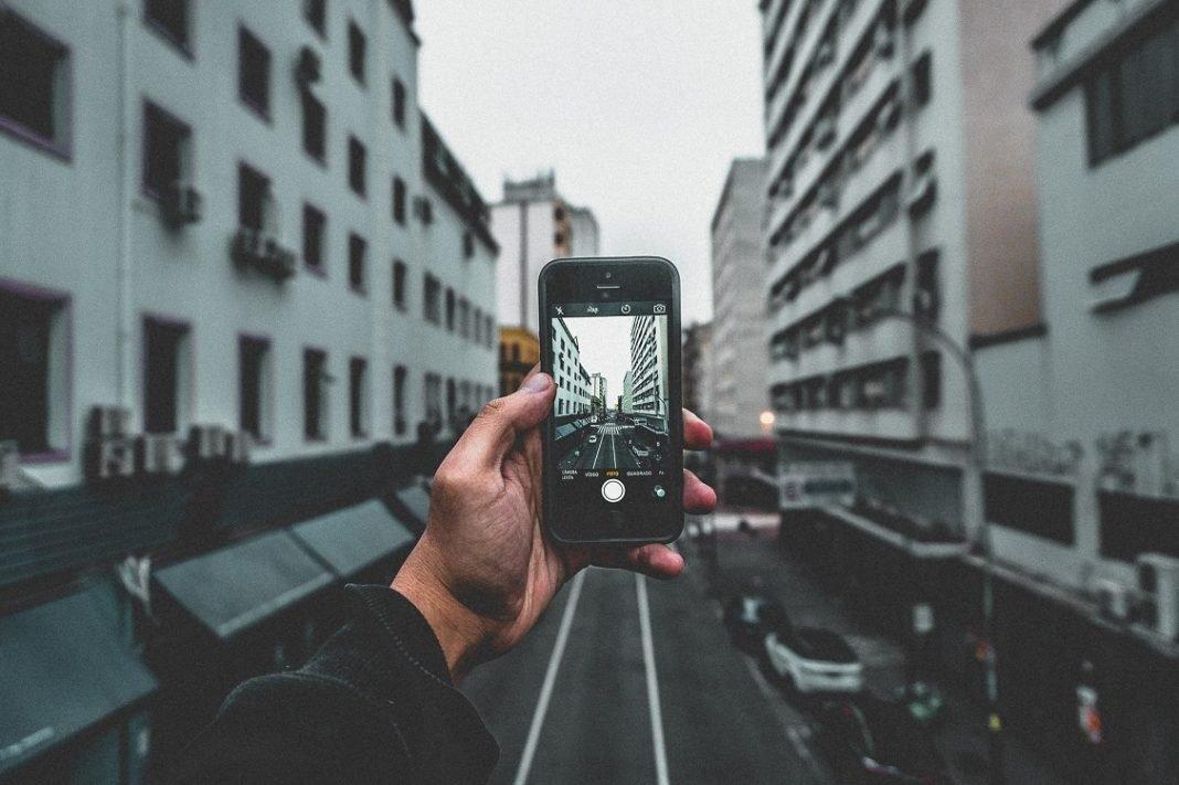 Imagen de una calle vista desde la pantalla de un móvil