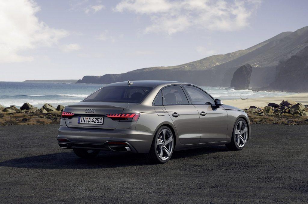 Audi A4 2019 de color gris tres cuartos trasero