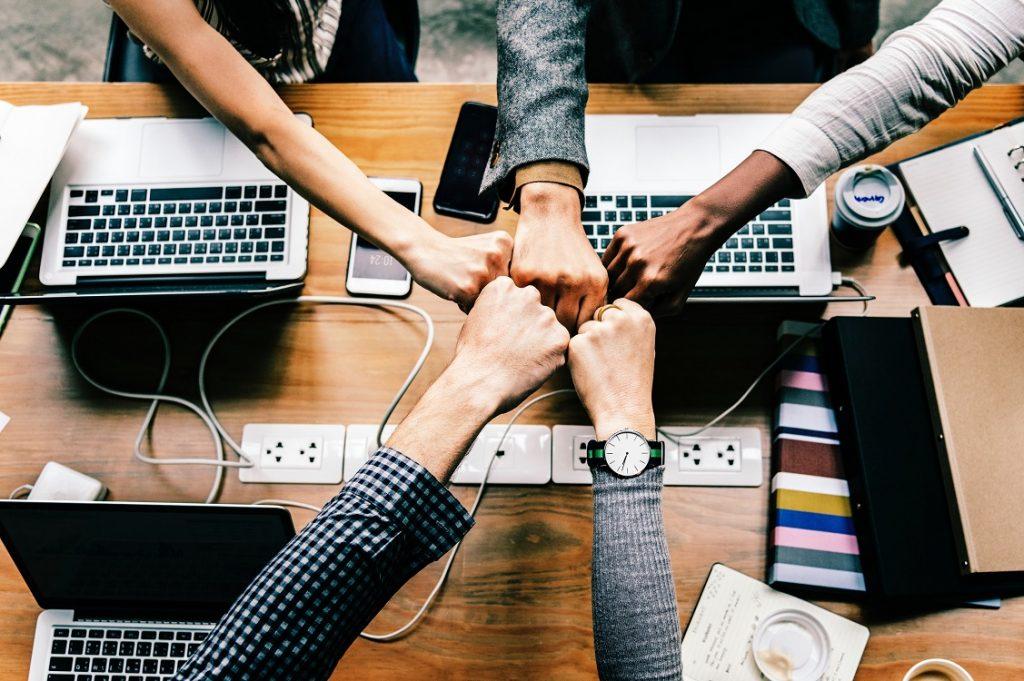 Imagen de emprendedores juntando los puños