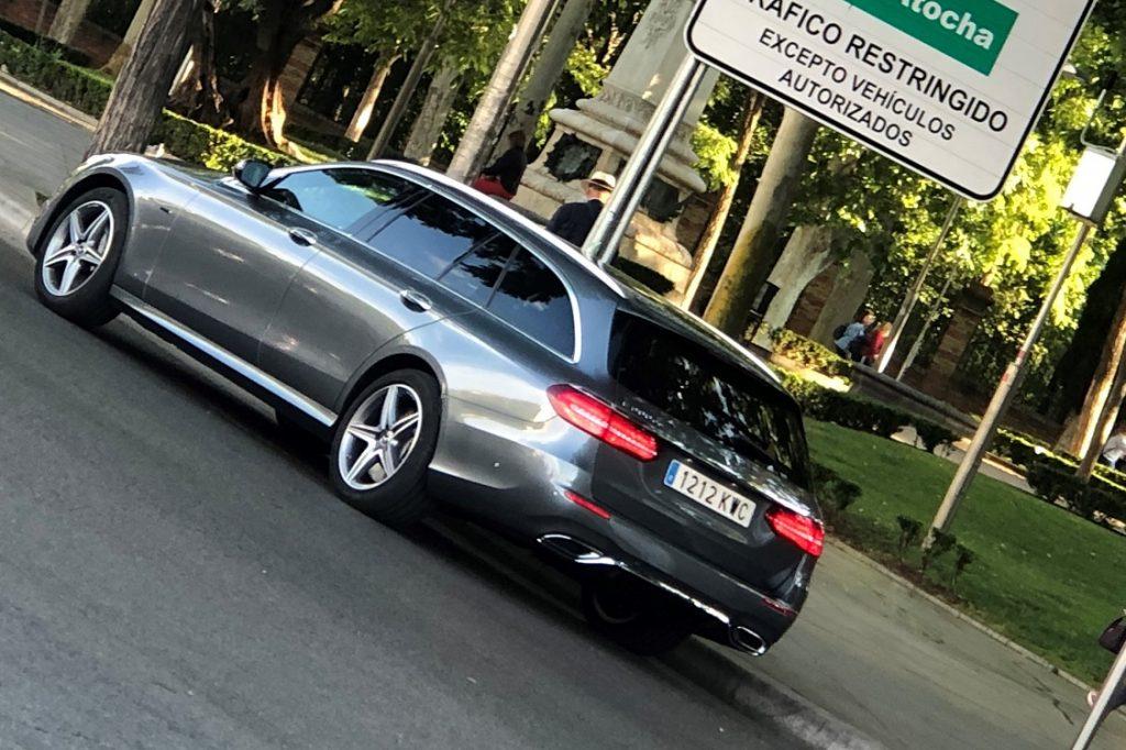 Imagen de un Mercedes Clase E híbrido enchufable de carrocería familiar circulando por Madrid