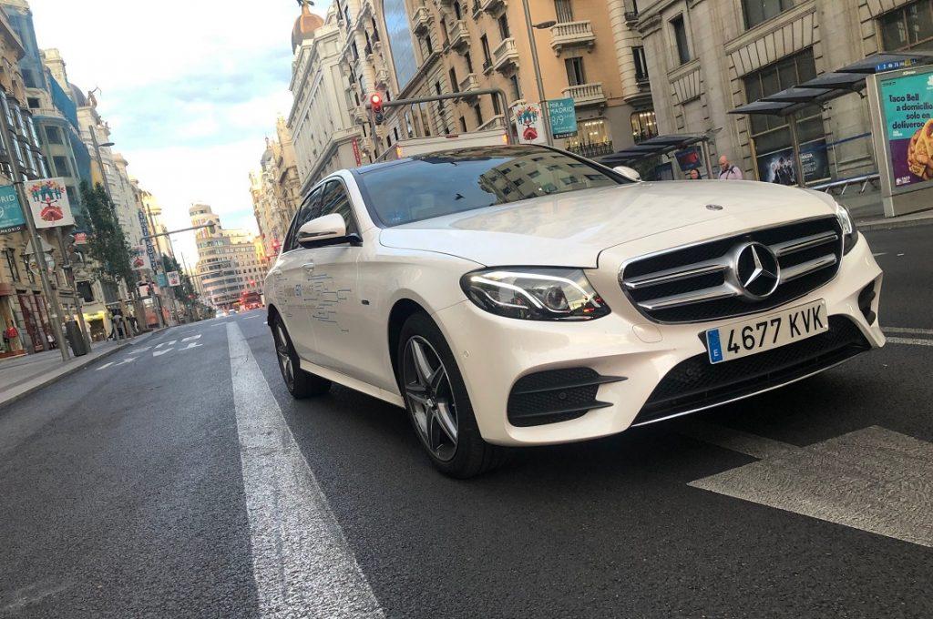 Imagen de un Mercedes Clase E híbrido enchufable circulando por Madrid