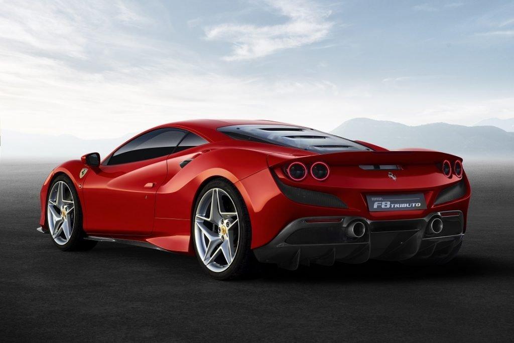 Imagen del Ferrari F8 Tributo en color rojo tres cuartos trasero