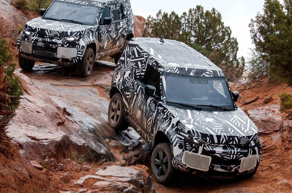 Imagen de dos Land Rover Defender bajando por un terreno complicado
