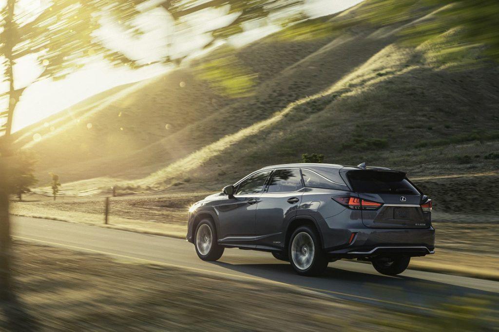 Imagen tres cuartos trasera del nuevo Lexus RX