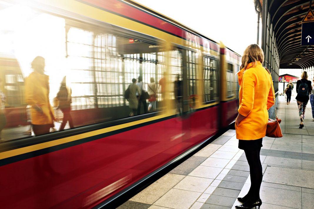 Mujer esperando al tren en el andén