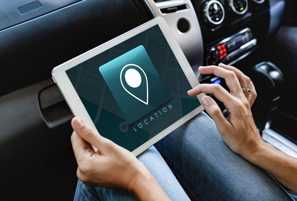Persona manejando una tablet dentro de su coche