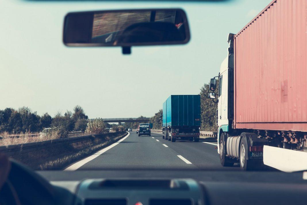 Imagen de un coche en autopista