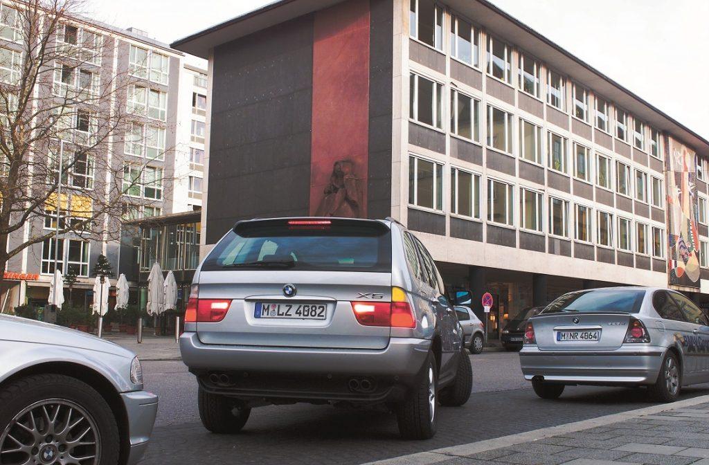 Un vehículo aparca marcha atrás en línea
