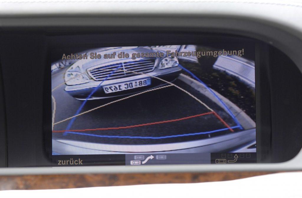 Imagen que capta una cámara trasera de ayuda al aparcamiento