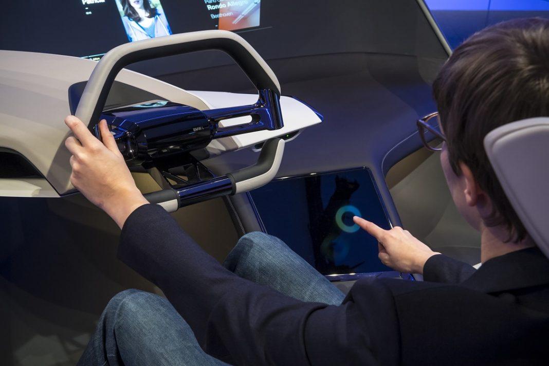 Imagen de una persona al volante de un BMW del futuro