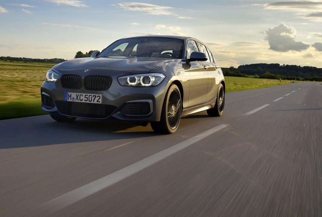 Imagen de un BMW Serie 1 gris oscuro en marcha