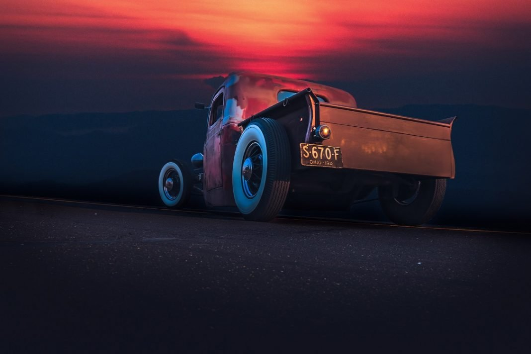 Imagen de un hot road en una carretera al atardecer