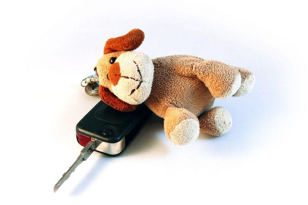 Imagen de la llave de un coche con un osito de peluche