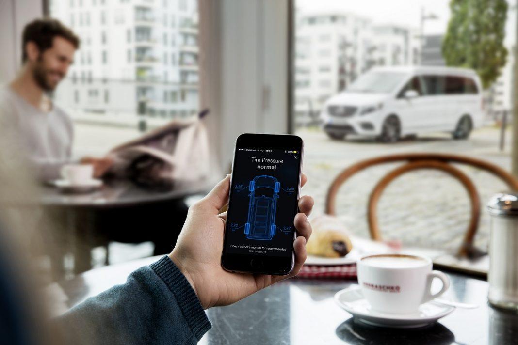Imagen de una persona controlando el coche desde el móvil
