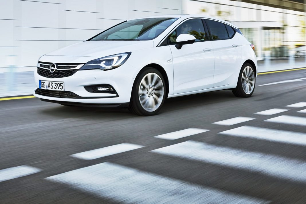 Imagen de un Opel Astra 5p blanco en una calle.
