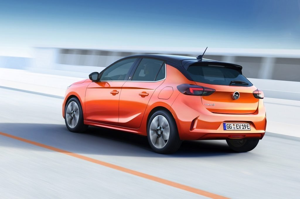 Imagen de un Opel Corsa eléctrico tres cuartos trasero