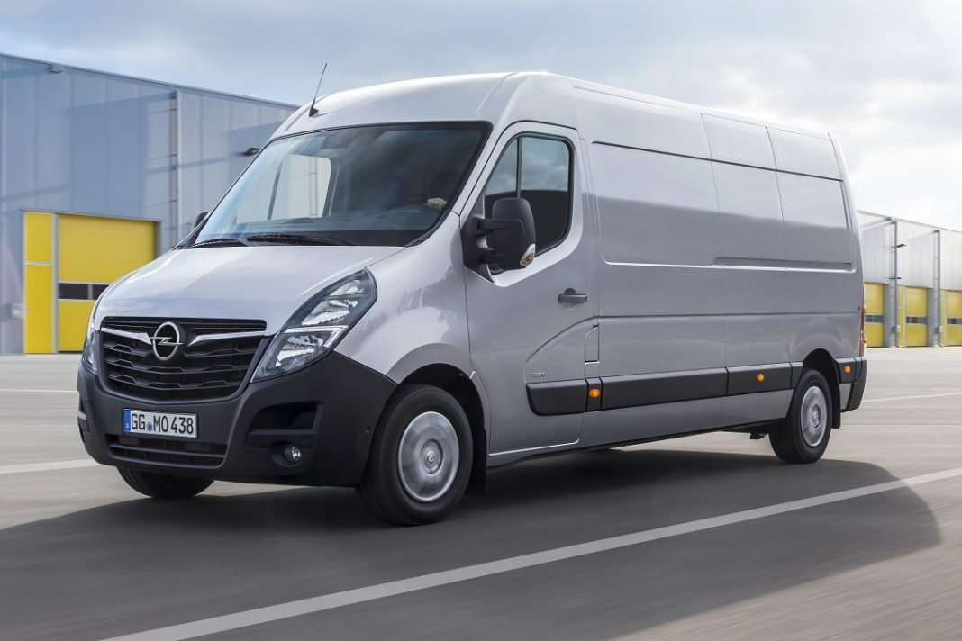 IMagen en carretera de un comercial: el Opel Movano 2019
