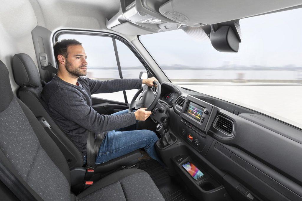 Imagen del interior y puesto de conducción del Opel Movano