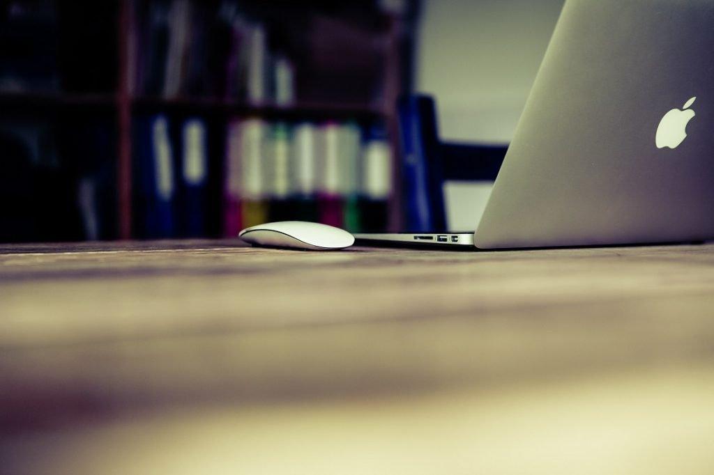 Imagen de un ordenador MAC sobre una mesa