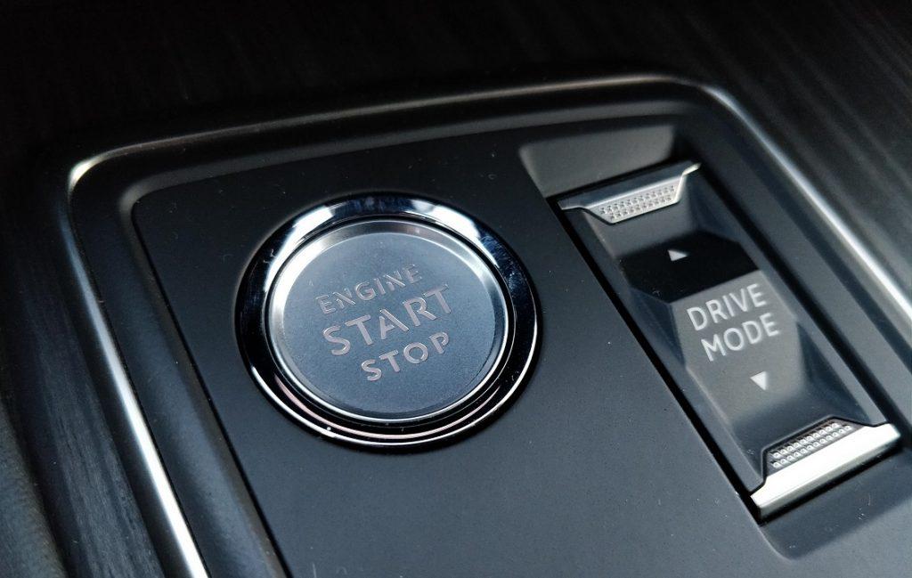 Detalle del selector de modos de conducción del Peugeot 508.