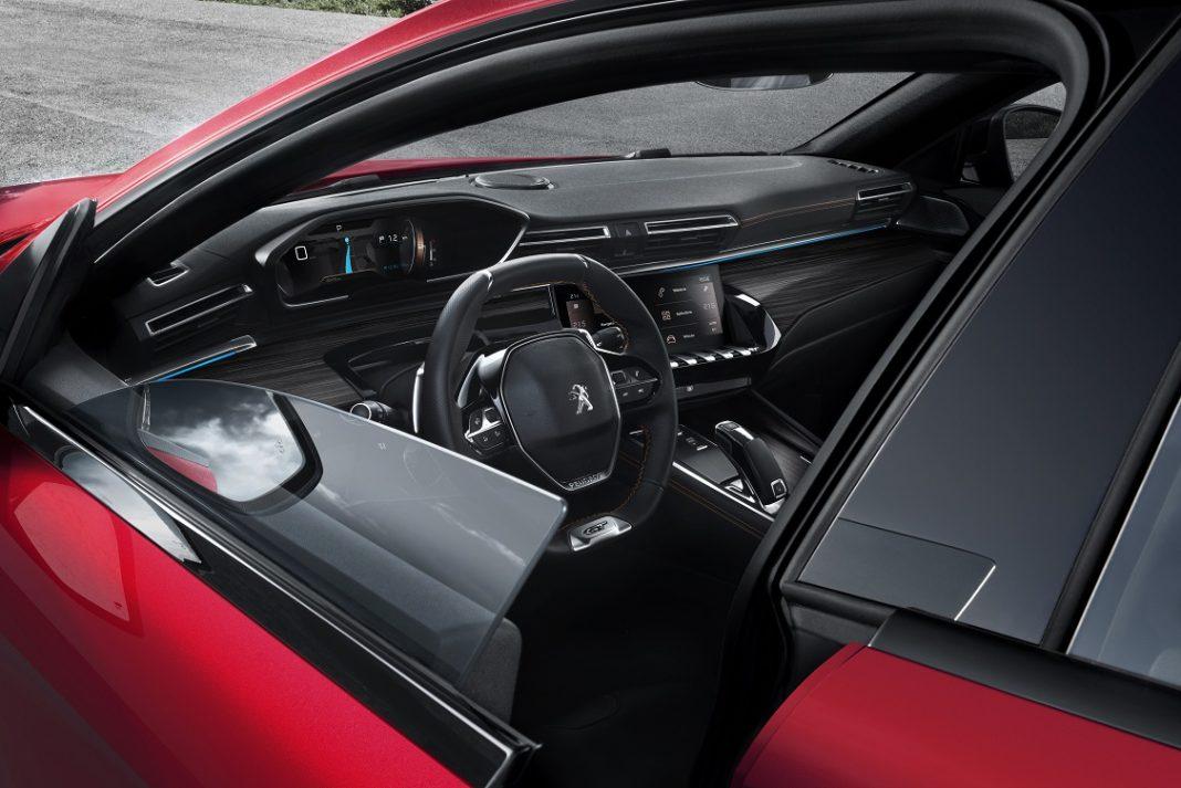 Imagen del interior de un Peugeot 508 visto desde fuera