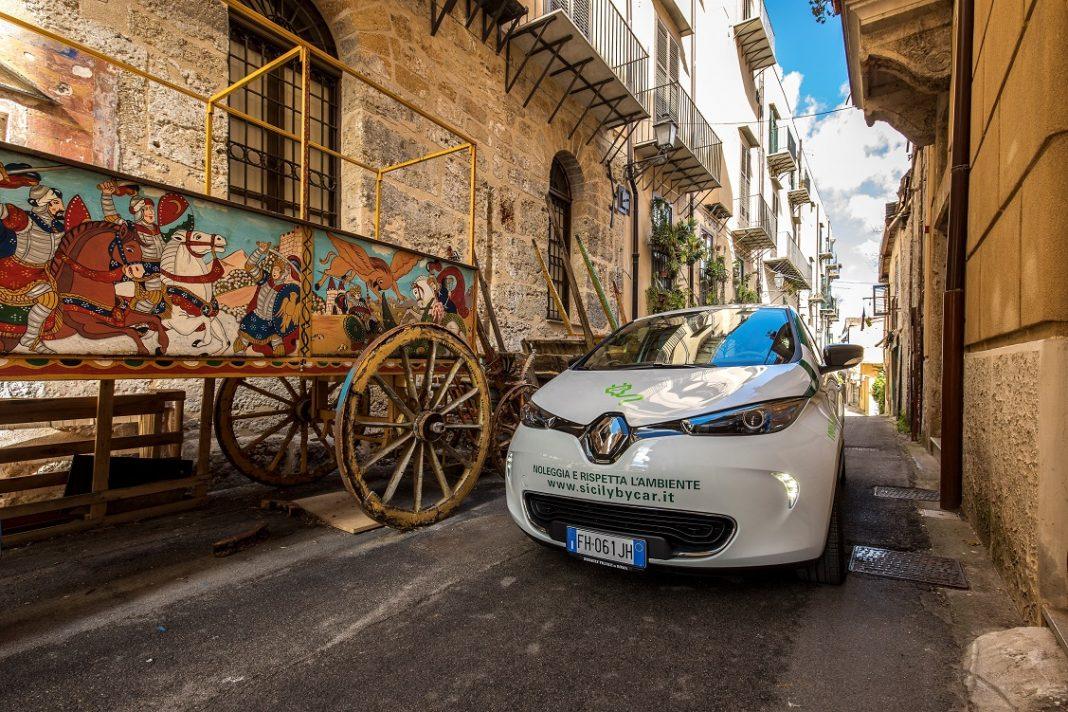 Imagen de un Renault Zoe eléctrico circulando por una calle