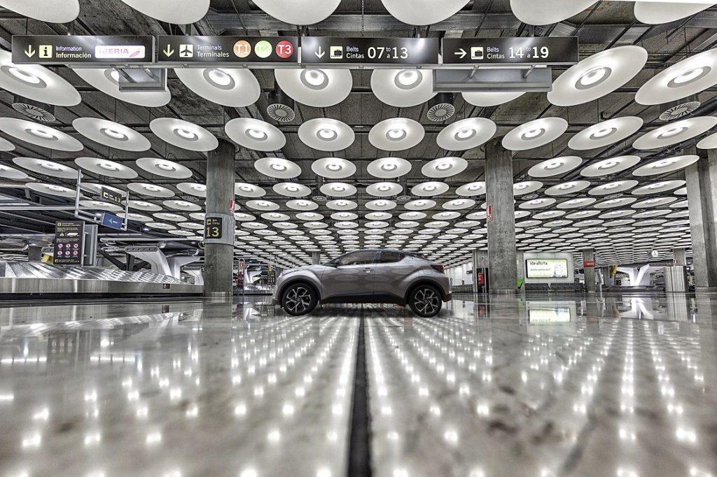 Imagen de un Toyota C-HR aparcado en un aeropuerto