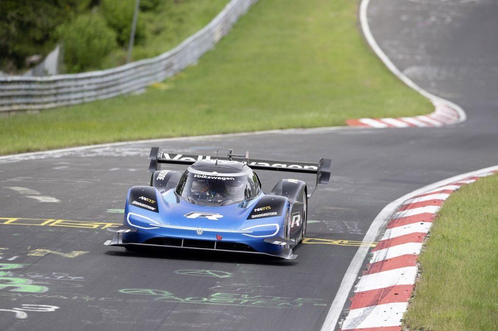 Imagen del VW ID-R batiendo el récord de coches eléctricos en un circuito