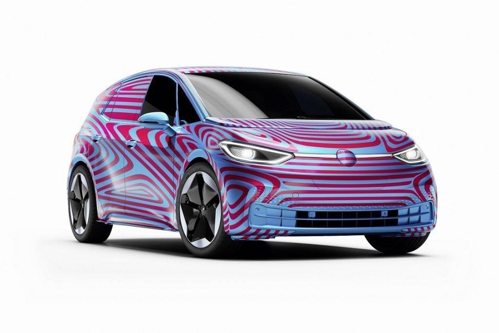 Imagen en tres cuartos delantero de un VW ID.3 con su carrocería aún camuflada