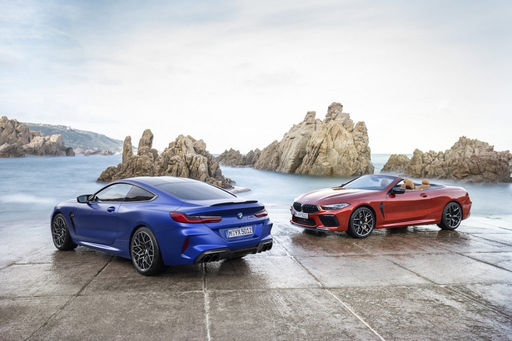 Imagen de un BMW M8 Competition Coupé y otro descapotable aparcados