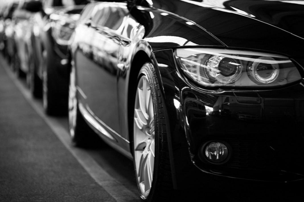 Fila de coches negros
