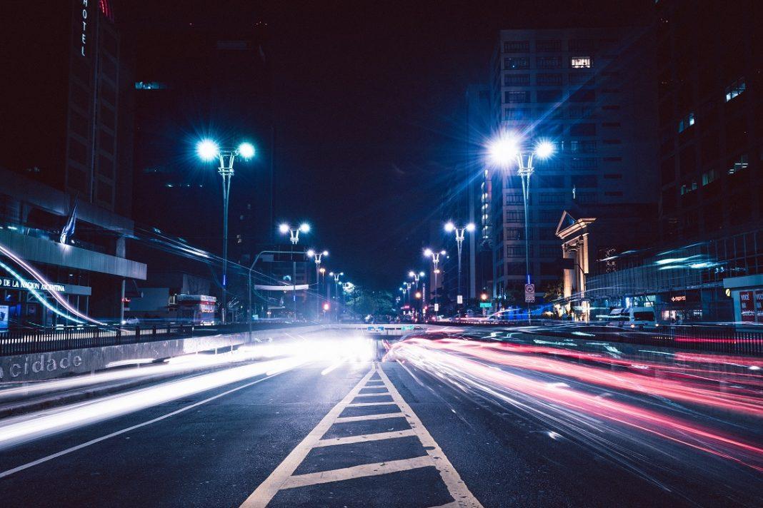 Una avenida de una ciudad de noche