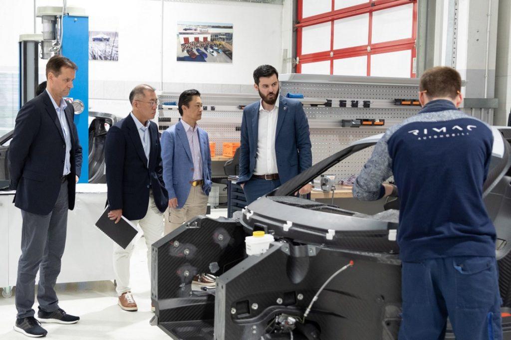 Imagen de los directivos de Hyundai en la fábrica de Rimac