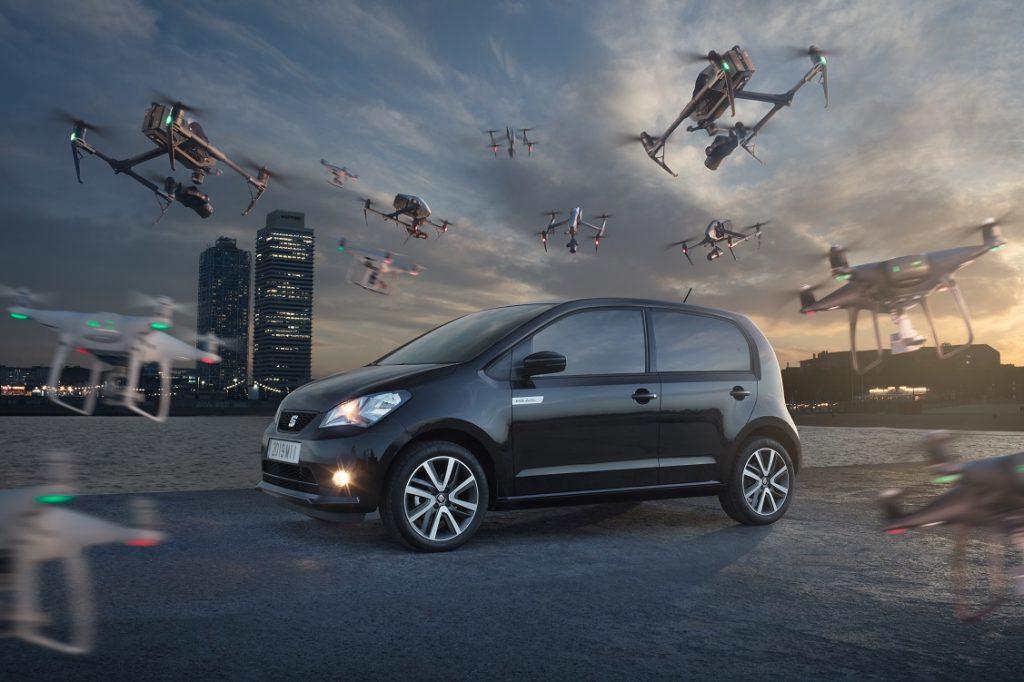 Imagen del Seat Mii Electric rodeado de drones