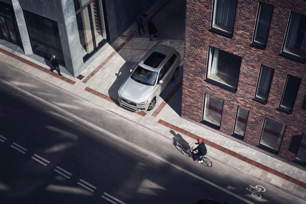 Imagen de una situación previa a un accidente entre un coche y una bicicleta