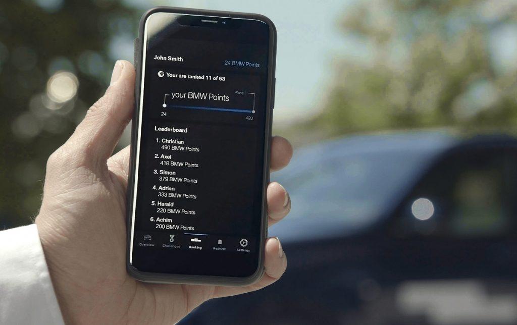 Una persona maneja funciones de su coche desde una aplicación