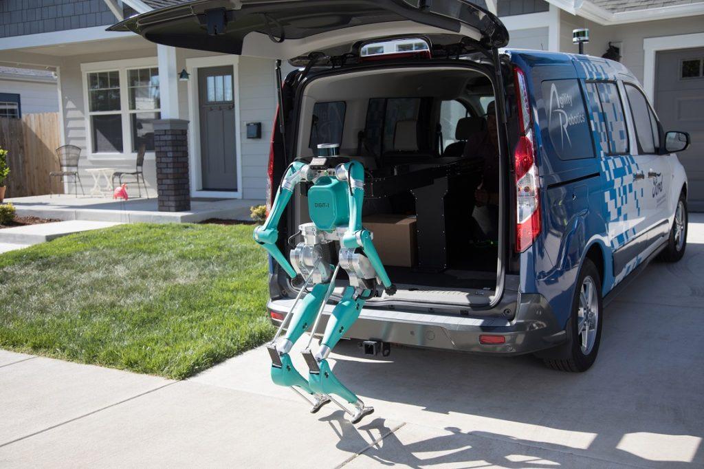 Imagen de un robot descargando un paquete de un coche autónomo