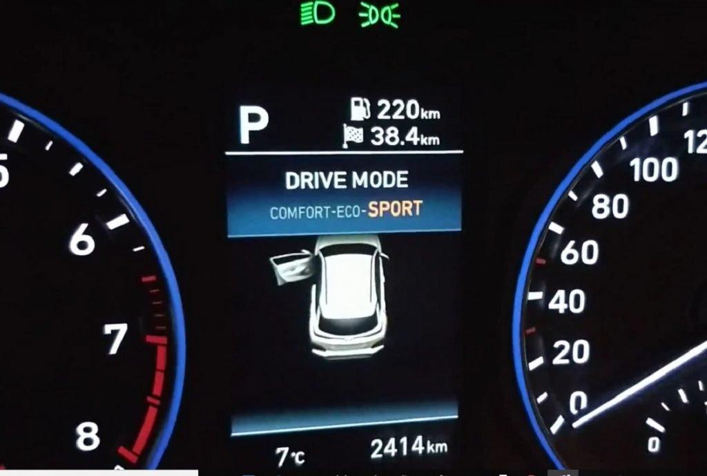 detalle de la instrumentación y los tres modos de conducción del Hyundai Kona