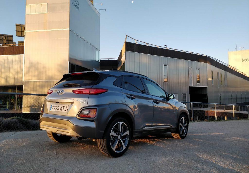 Imagen tres cuartos trasero del Hyundai Kona