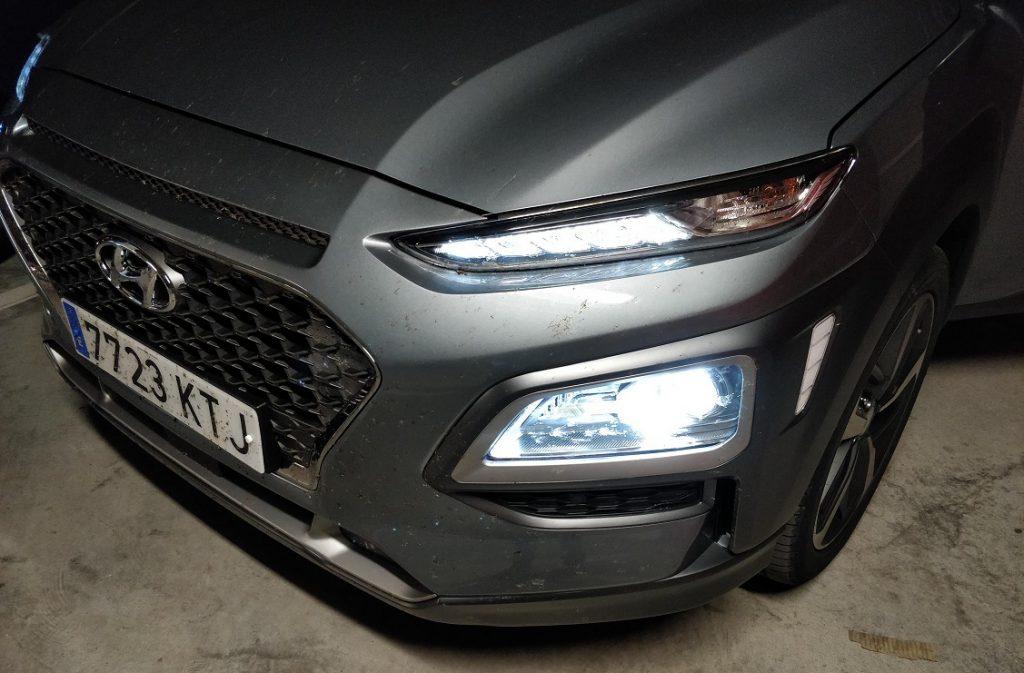 Detalle de las luces delanteras del Hyundai Kona
