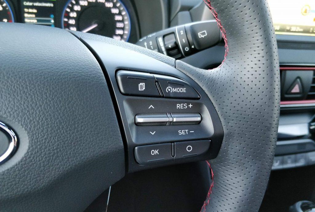 Detalle de los mandos del volante del Hyundai Kona