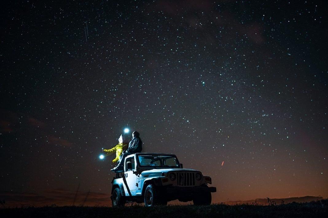 Imagen de un Jeep de noche