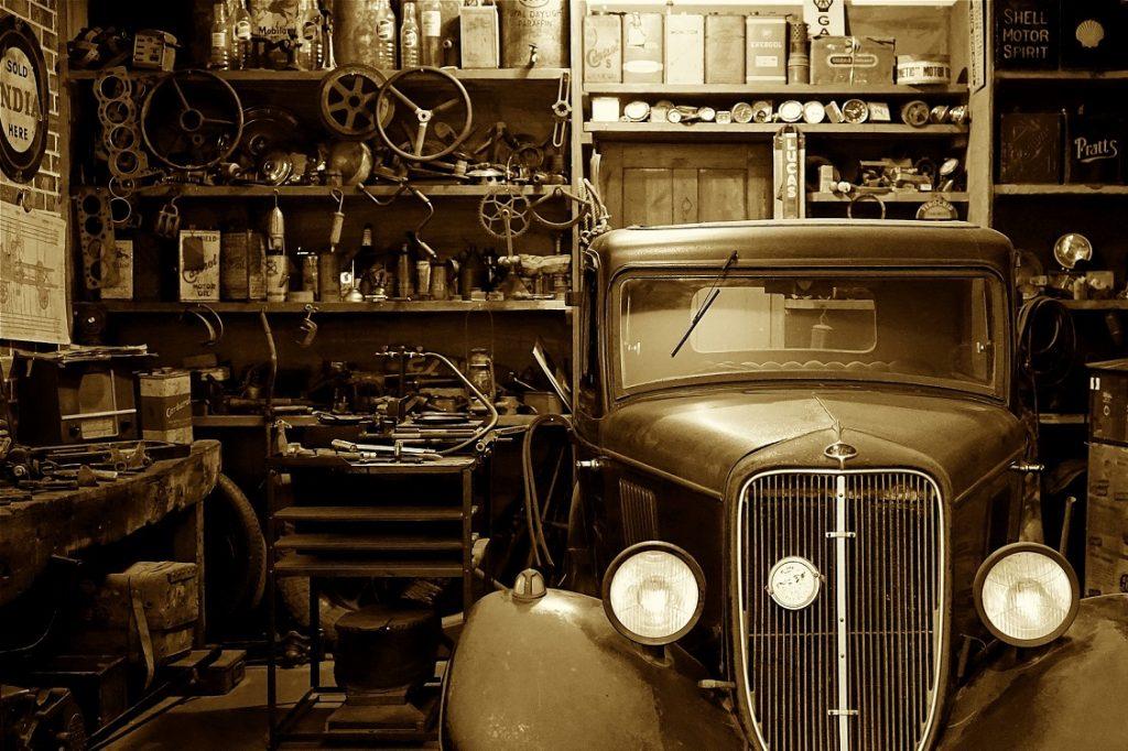 Imagen de un coche antiguo en un taller