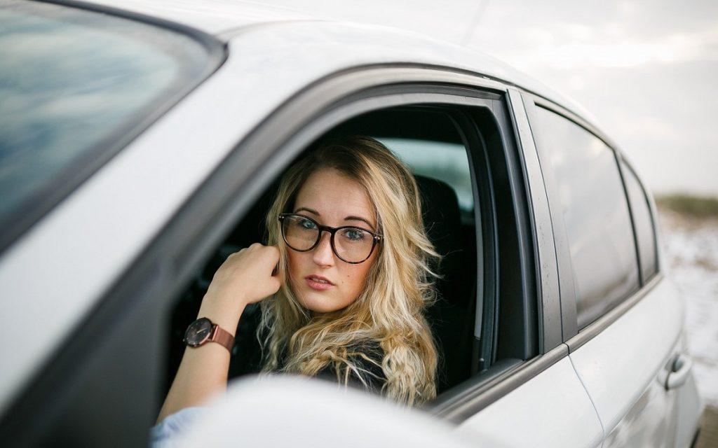 Imagen de una conductora a través de la ventana de su coche