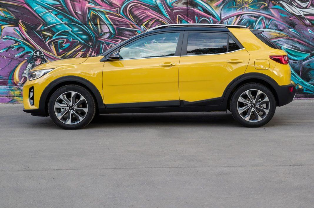 Kia Stonic de color amarillo visto de perfil