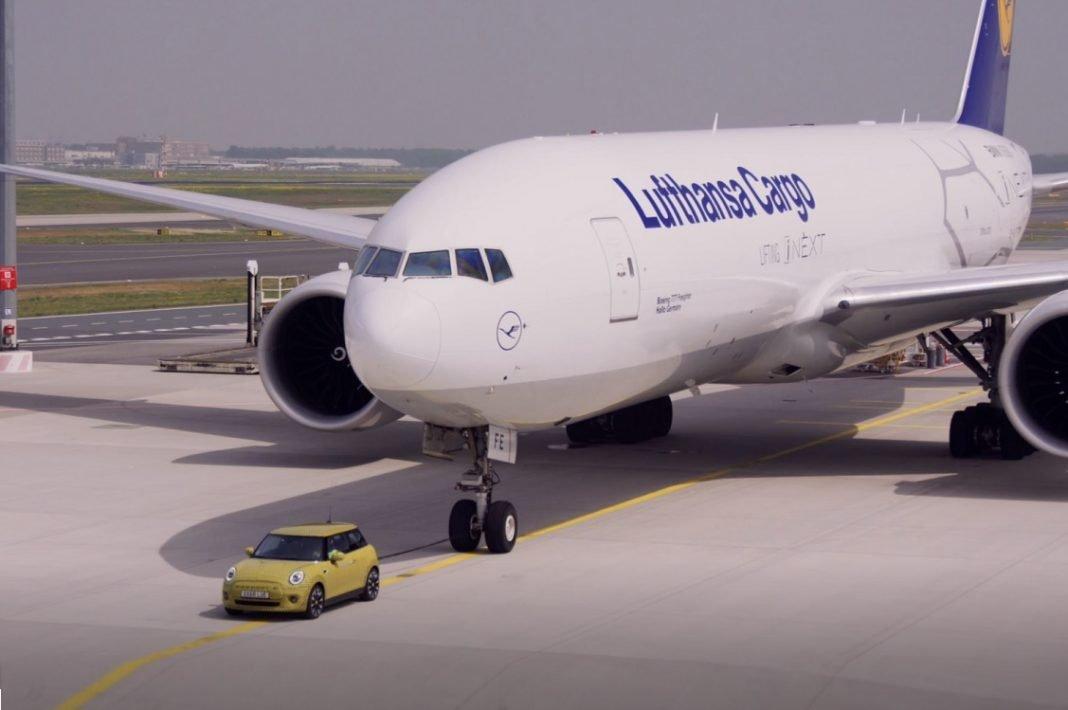 Imagen de un Mini eléctrico remolcando un Boeing 777