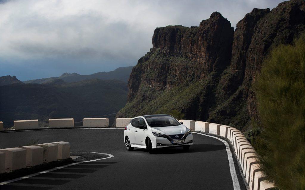 Imagen de un Nissan Leaf subiendo una carretera de montaña